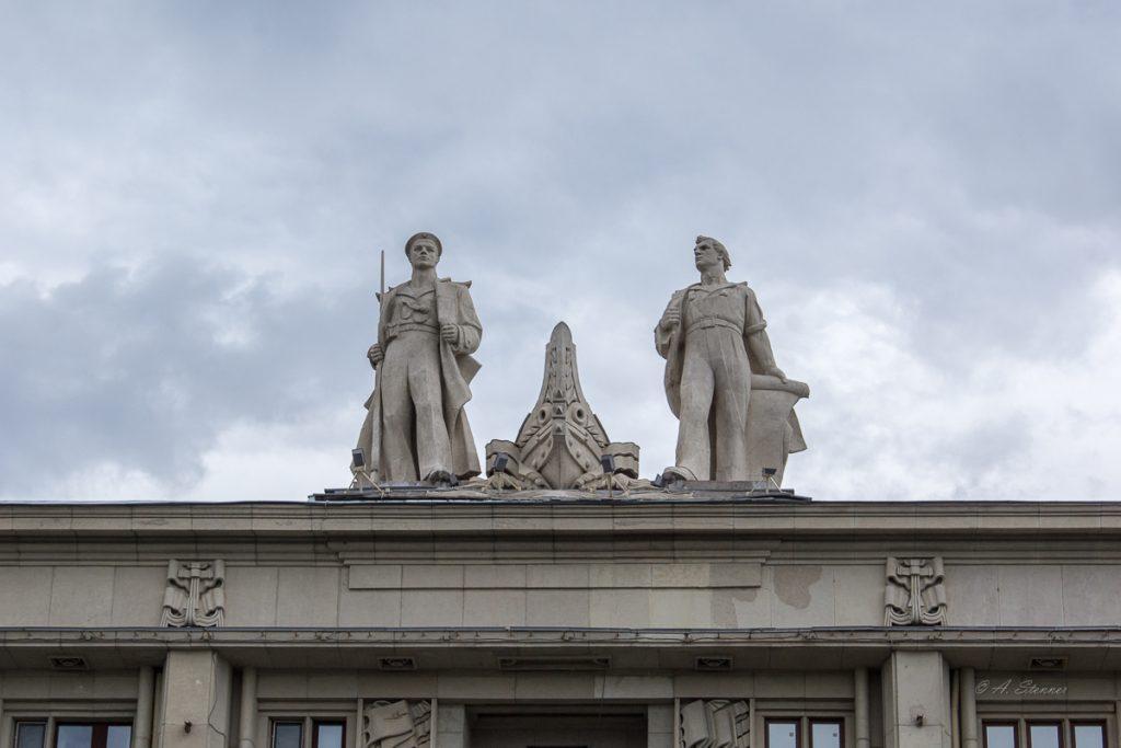 министерство mit den üblichen Statuen...